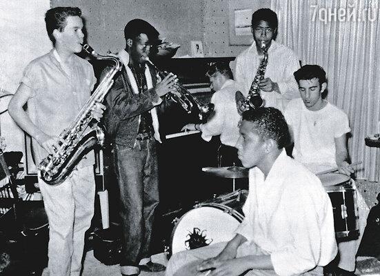 В свою первую группу The Blackouts Заппа поступил, будучи старшеклассником. Его взяли в качестве ударника. (На фото Фрэнк справа, за ударной установкой)