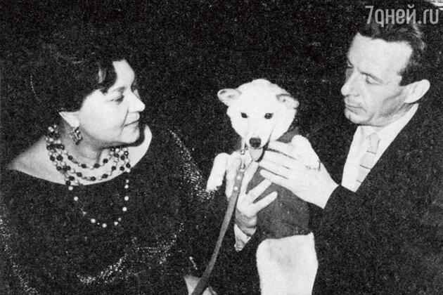 Клавдия Шульженко с Георгием Епифановым и собакой Кузей. 1958 г.
