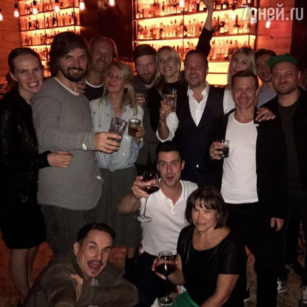 Алексей Чадов в компании гостей вечеринки