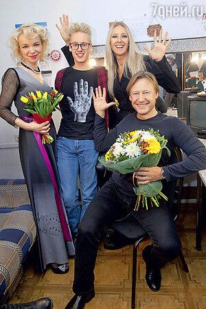 Дмитрий Харатьян с женой Мариной Майко, сыном Иваном и Виталиной Цымбалюк-Романовской