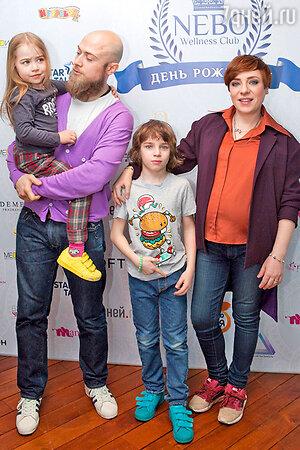 Тутта Ларсен с мужем и детьми