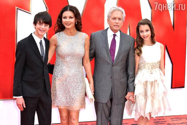 Кэтрин Зета-Джонс и Майкл Дуглас с сыном Диланом и дочерью Кэрис
