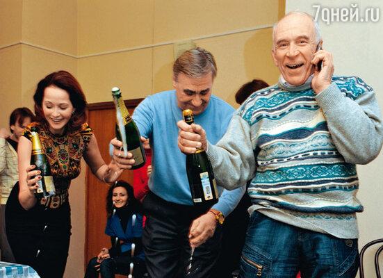 Шампанское лилось рекой. Виновникам торжества помогает Анатолий Васильев