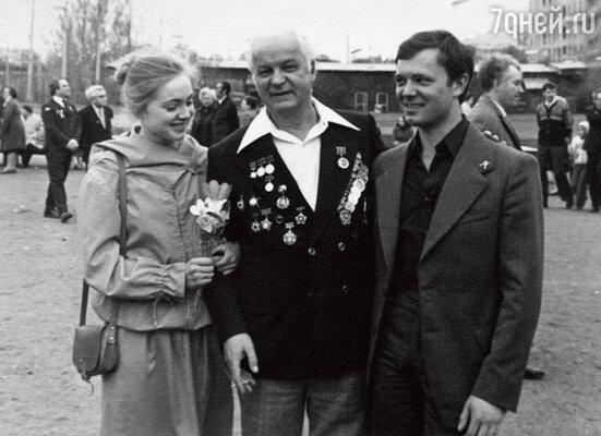 С первым мужем актером и режиссером Андреем Ростоцким и его отцом Станиславом Иосифовичем. Москва, 9 мая 1980 г.