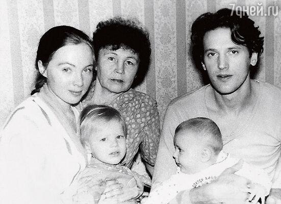 С мамой Полиной Федоровной, вторым мужем Валерием Сторожиком и сыновьями — старшим Федей (слева) и младшим Ваней (справа). 1990 г.