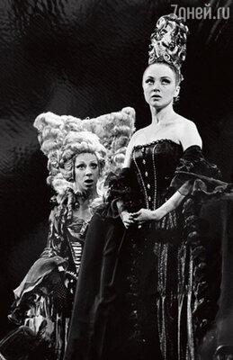 С Оксаной Мысиной в спектакле Нового драматического театра «Реванш королевы, или Новеллы Маргариты Наваррской». 1996 г.