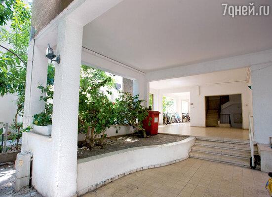 Подняв с помощью свай жилые помещения навторые этажи, архитекторы нашли место дляуютных маленьких двориков
