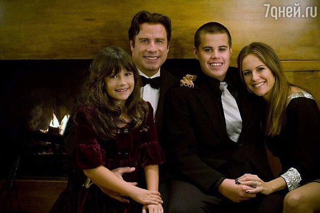 Джон Траволта с сыном Джеттом, супругой  Келли Престон и дочерью Эллой