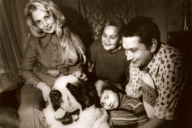 Наталья Кустинская с мамой, Борисом, сыном Митей и сенбернаром Дином