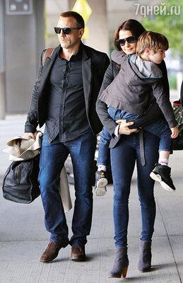 С мужем Дэниелом Крэйгом и сыном Генри. Июнь 2012 г.