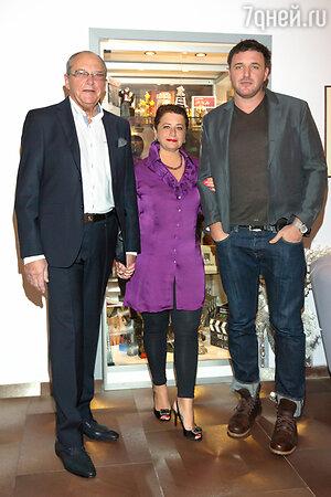 Эммануил Виторган с женой Ириной и сыном Максимом на праздновании своего дня рождения