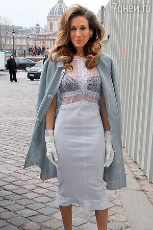 Сара Джессика Паркер спокойно носит черный бюстгальтер под белой прозрачной блузкой