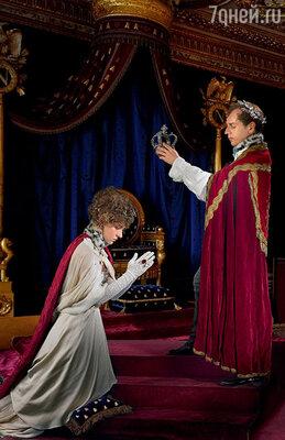 Путь к трону начался даже не с Тулона, ас женитьбы на Жозефине. Эта женщина придала вчерашнему выскочке, выходцу изпровинциальной Корсики, настоящий парижский лоск. 2 декабря 1804года— вовремя коронации Наполеон собственноручно водрузил корону сначала насебя, азатем инаЖозефину. (Событие инсценировано фотохудожником Екатериной Рождественской)