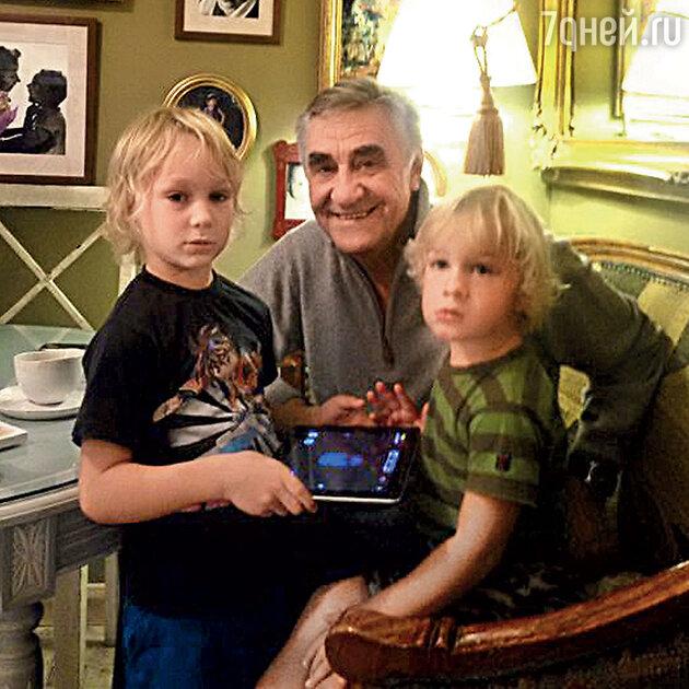 Анатолий Васильев с внуками Иваном и Григорием