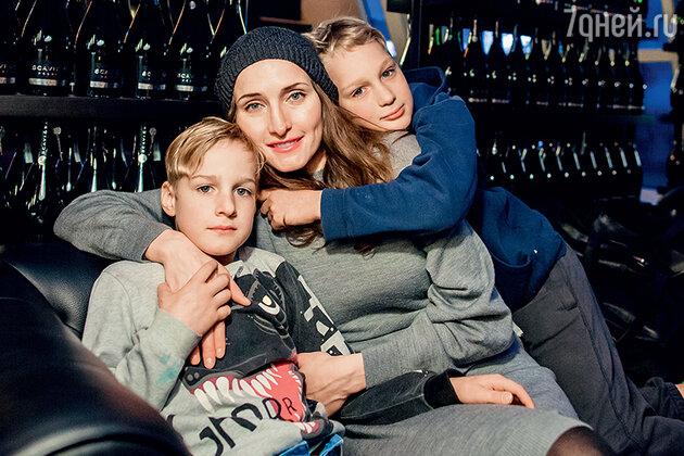 Анастасия Бегунова с детьми