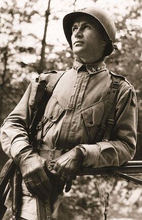 В 1944-м военкорам нельзя было проникать в зону города Нейегена, где шли бои, но генерал Гейвин (на фото) потерял от Марты голову