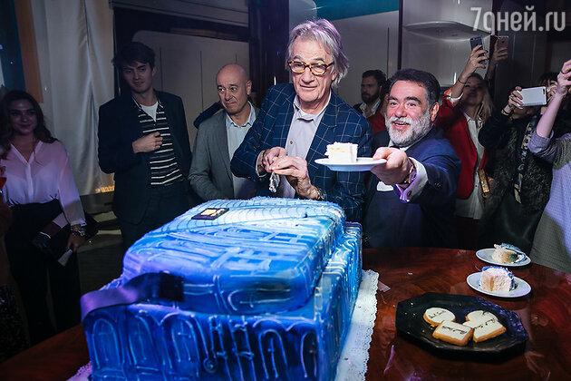 На раздаче торта Михаил Куснирович и Пол Смит