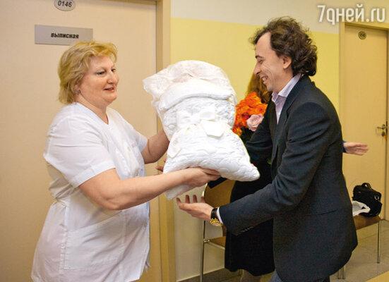 Отец Сергей Мамотов принимает новорожденную дочку