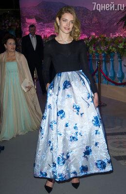 После этого Водянова и сама превратилась в счастливую принцессу: не успев вдоволь насладиться Парижем, она отправилась в Монако, на Bal De La Rose Du Rocher — частное мероприятие, где приглашенные жертвуют средства для «Фонда Принцессы Грейс»