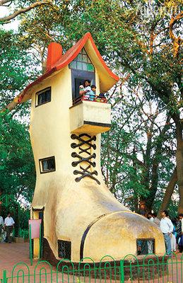 Без окон без дверей глядит домик на Бомбей. В парке им. Камалы Неру