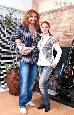 Никита и Марина с сыном Мик-Анжелем Кристом Анисиным-Джигурдой