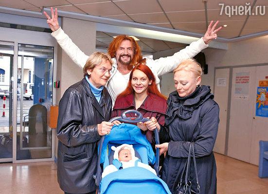 Счастливые родители с новорожденным и родственниками в день выписки из клиники. Слева — французская родственница Анисиной Катя Черняефф, справа — мама, Ирина