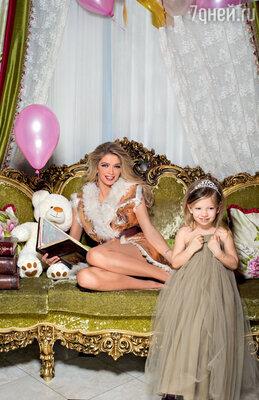 С младшей дочерью Сарой