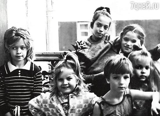 Вера (крайняя слева) с сестрами Галей, Викой и Настей и подругами детства. Днепродзержинск, 1987 г.