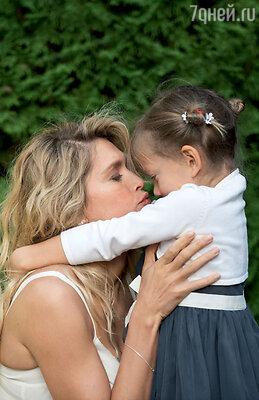 «Год назад я еще, наверное, не отдохнула после рождения Сары, не насладилась общением с ней. Но теперь, когда дочке исполнилось четыре года, я понимаю, чтоготова снова стать мамой»