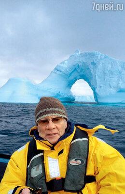 За спиной Жигалова настоящий антарктический айсберг
