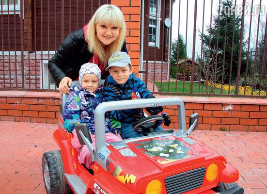 Маргарита Суханкина с приемными детьми Сережей и Лерой