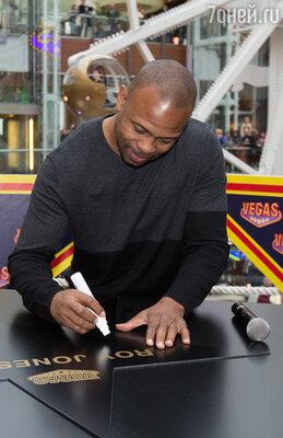 Открылся праздник закладкой на Аллее Славы Vegas именной звезды легендарного боксера и музыканта Роя Джонса-младшего
