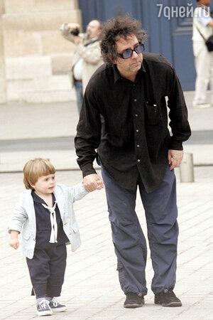 Тим Бертон на прогулке с сыном Билли Рэем