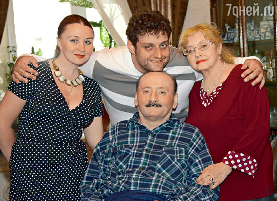 Михаил с женой Ларисой и родителями Семеном Львовичем Фарадой иМариной Витальевной Полицеймако
