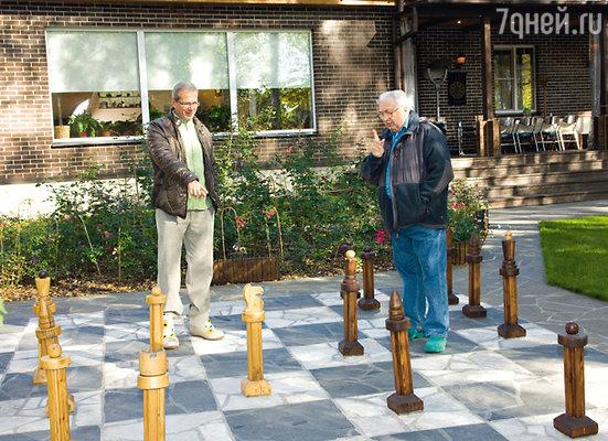Огромная шахматная доска зимой превращается в каток. С отцом Николаем Григорьевичем