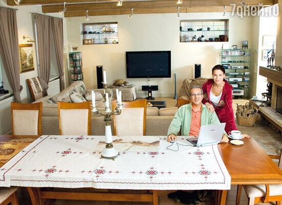За таким столом гостям не бывает тесно. В гостиной