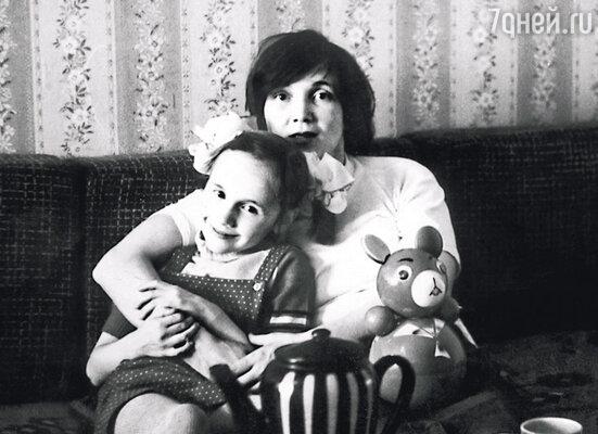 Родители развелись вскоре после рождения моего младшего брата. Маме приходилось много работать, и я была самостоятельной маленькой спортсменкой, 1978—1979 гг.