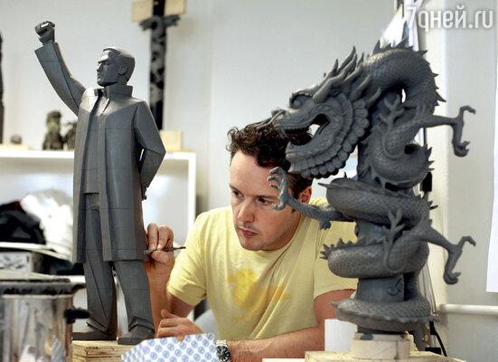 К работе надфильмами привлекают лучших в своем деле профессионалов: скульптор-модельщик делает модели в миниатюре...