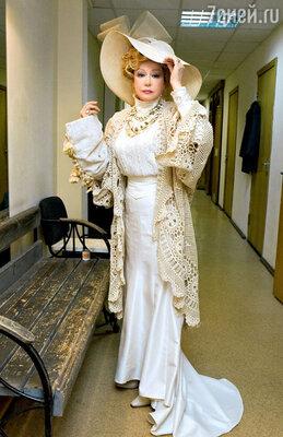 Марина Неелова перед спектаклем «Вишневый сад» за кулисами «Современника». 2006 г.