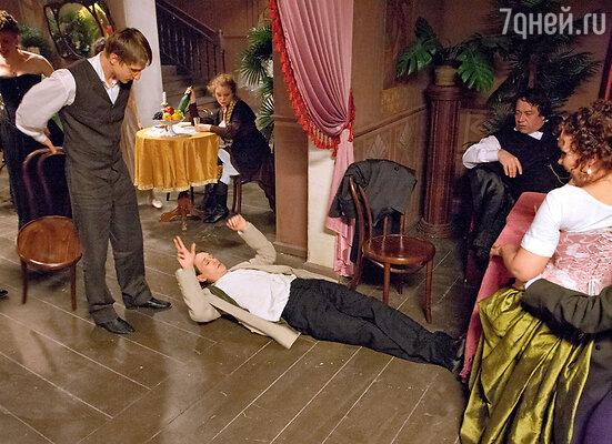 Сцену, в которой подвыпивший герой Антона Шагина падает навзничь, впервые увидев героиню Ходченковой, придумали прямо на съемках