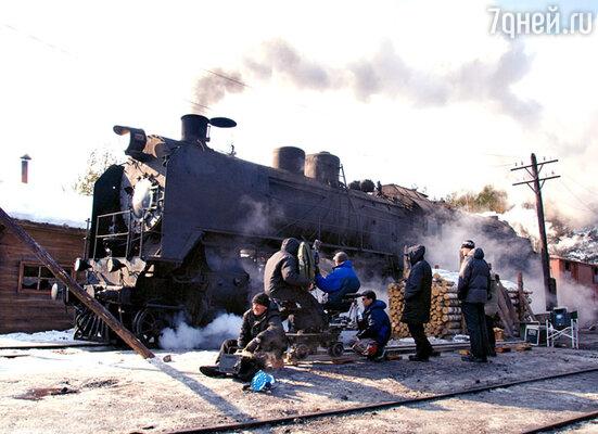 Для съемок «Густава» в Ленинградской области построили декорацию сибирского поселка и пригнали три музейных паровоза