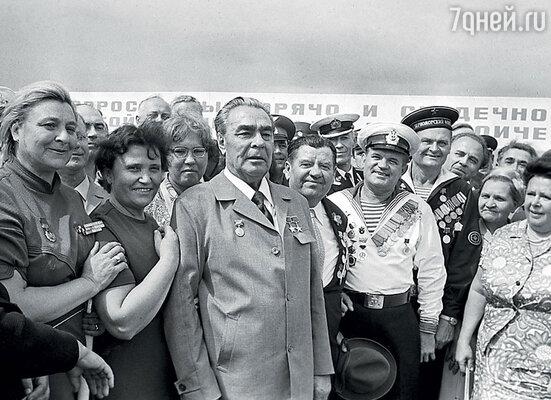 Лев Лещенкостал невольным свидетелем «побега» Леонида Брежнева от охраны в Новороссийске, куда они приехали на чествование героев Малой земли