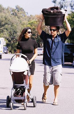 С Камилой и сыном Леви Алвесом (на голове у Мэттью — коробка с купленными в магазине полотенцами)