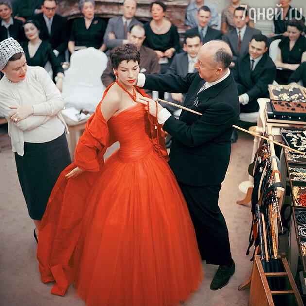 Никто не подозревал, что каждая модель вдохновлена ушедшей матерью Диора — изящной Мари-Мадлен, большой любительницей цветов