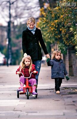 Гвинет с дочкой Эппл и сыном Мозесом на прогулке. Лос-Анджелес, март 2009 г.
