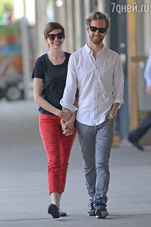 Энн Хэтэуэй (Anne Hathaway)  с мужем Адамом Шульманом (Adam Shulman)