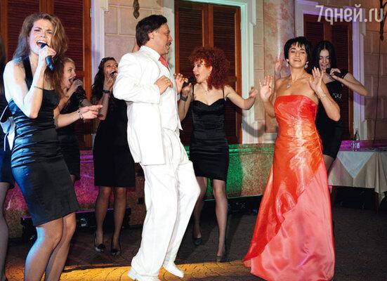 Михаила Барщевского и его жену Ольгу поздравляет женский хор «Сопрано 10»