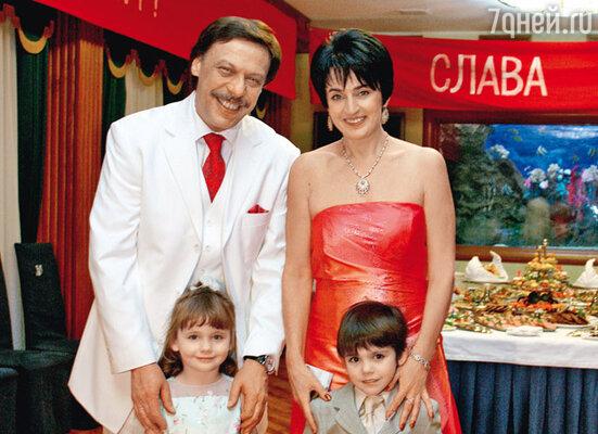 «Новобрачные» с младшими детьми Дашей и Максимом