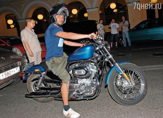 Первой сумасшедшей покупкой, пожалуй, стал итальянский мотоцикл Moto Guzzi. Красивый, харизматичный, но, к сожалению, с небольшим заводским дефектом