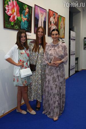 Екатерина Стриженова с дочками Анастасией и Александрой